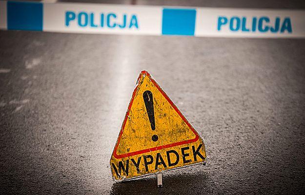 Tragiczny wypadek pod Bartoszycami. Mercedesem wjechał w dwóch nastolatków, jeden nie żyje