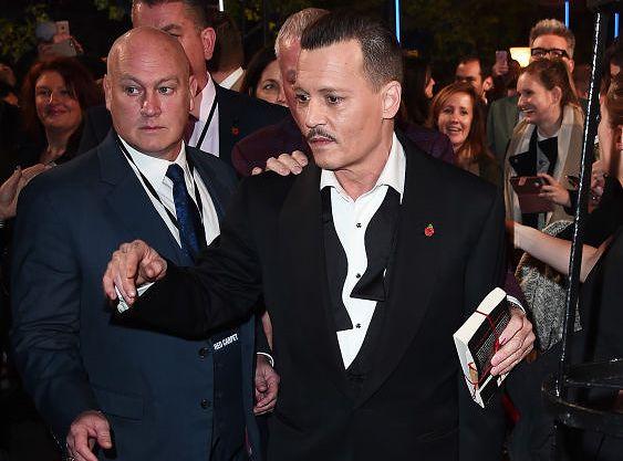 """Johnny Depp na londyńskiej premierze """"Morderstwa w Orient Expressie"""" poczuł się """"swobodnie"""""""