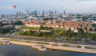 Warszawa. Na Wisłostradzie auto uderzyło wbariery