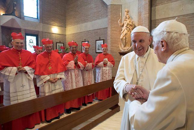 Papież Franciszek i Benedykt XVI z kardynałami