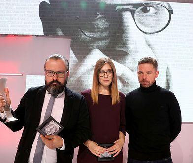 """Gala nagród Radia Zet im. A. Woyciechowskiego. Zwyciężyli twórcy reportażu """"Polscy neonaziści"""" - (od lewej) Bertold Kittel, Anna Sobolewska i  Piotr Wacowski."""