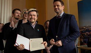 """Rafał Trzaskowski (z prawej) i Oktawiusz Chrzanowski ze stowarzyszenia """"Miłość Nie Wyklucza"""" po podpisaniu Karty LGBT dla Warszawy"""