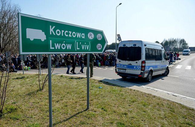 Szczepienia na COVID-19 dla Ukraińców przybywających do Polski zapowiada CM Medyk w Rzeszowie. Na fot. masowe wyjazdy obywateli Ukrainy po wprowadzeniu obostrzeń epidemicznych podczas pierwszej fali epidemii w 2020 roku