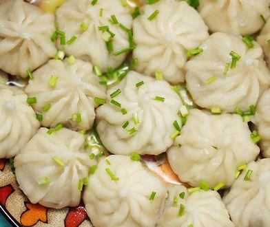 Pierożki chinkali – sakiewki połyskujące tłuszczem, wypchane mięsem i zanurzone w rosole