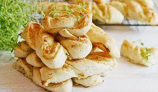 Wytrawne drożdżówki z serem, cebulą i ziołami. Prosta i chrupiąca przekąska