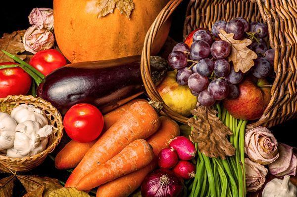 Talerz w kolorach jesieni, czyli co o owocach i warzywach mówi ich barwa