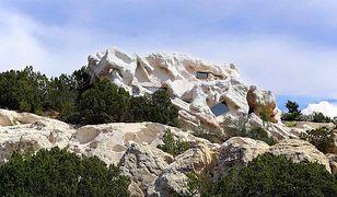 Dom ukryty w skale
