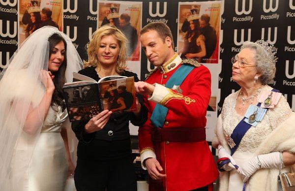 Alison Jackson (druga od lewej) w towarzystwie sobowtórów Kate, Williama i Elżbiety II
