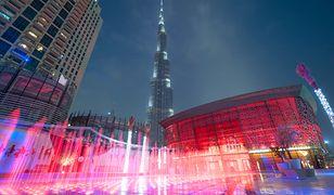 Stojąc naprzeciwko Dubai Opera uchwycisz dwa obiekty na jednym zdjęciu: imponujące centrum sztuki oraz najwyższy budynek świata