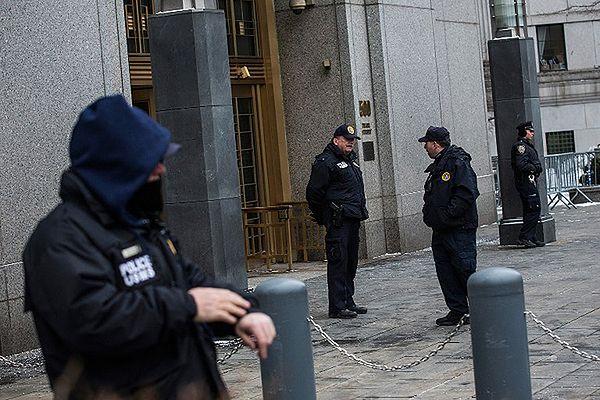 Policjanci przed wejściem do sądu, w którym odbywa się proces