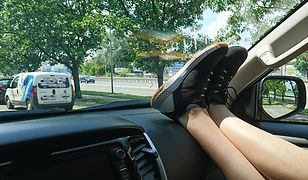 Trzymanie nóg na desce rozdzielczej podczas podróży jest bardzo niebezpieczne