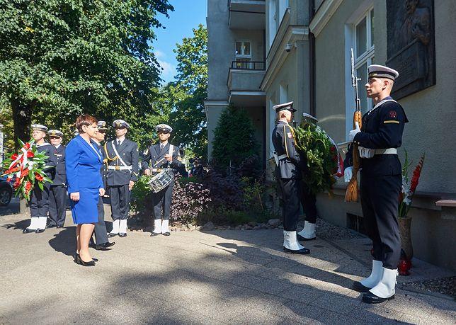 Premier Beata Szydło 31 sierpnia 2016 r. również składała kwiaty przez tablicą upamiętniającą Lecha Kaczyńskiego w Sopocie