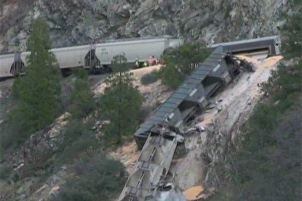 Pociąg z kukurydzą runął do kanionu w Kalifornii
