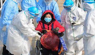 Kobieta zarażona koronawirusem w drodze do szpitala w Wuhan