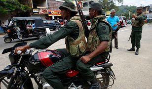 Żołnierze armii Sri Lanki na ulicy w Kandy