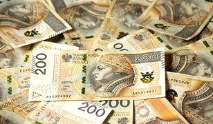 Ukradła 100 tys. zł. Zamiast banknotów wkładała do kopert ścinki papieru