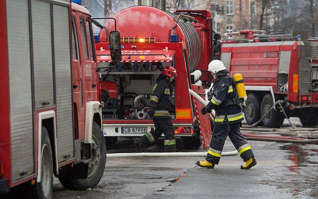 Pożar gasi 18 zastępów straży pożarnej. Na miejsce wezwano także grupę chemiczną