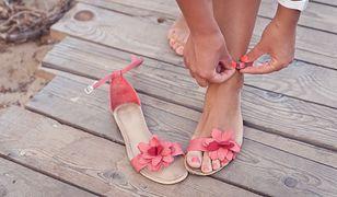 Kolorowe sandały z kwiatkami odwrócą uwagę od niedoskonałości stóp