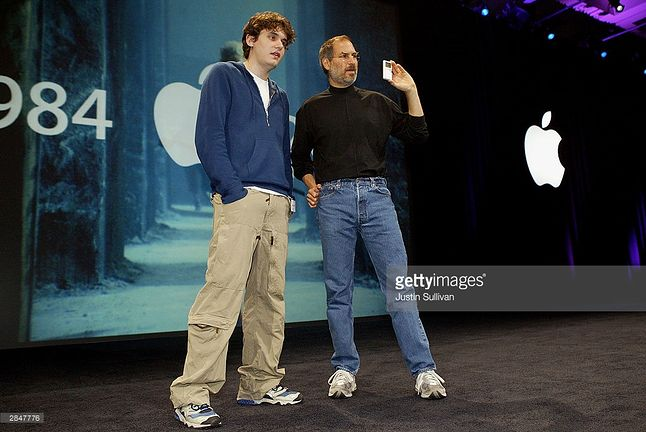 Steve Jobs i muzyk John Mayer prezentują iPoda Mini na MacWorld.