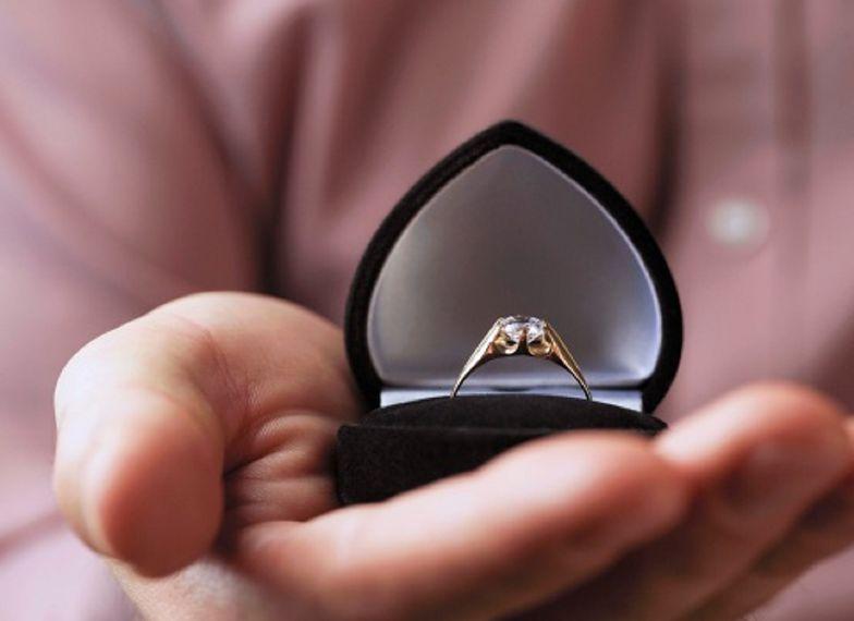 Zaplanował zaręczyny. Pierścionek wpadł do jeziora. Mówi, ile kosztował
