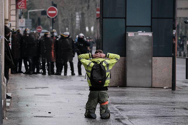"""Połowa Francuzów popiera protesty """"żółtych kamizelek"""""""
