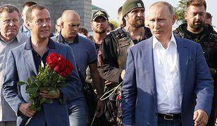 Władimir Putin i Dmitrij Miedwiediew składają kwiaty przed pomnikiem obrońców Sewastopola. Na drugim planie, za Putinem, przywódca Nocnych Wilków Aleksander Zaldostanow