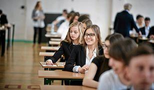 O godz. 9 rano uczniowie zasiądą do testów na poziomie podstawowych