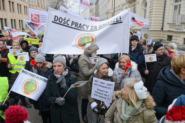 Pracownicy sądów i prokuratur domagają się podwyżek i wznowienia prac nad nowelizacją ustawy. Manifestują w Warszawie