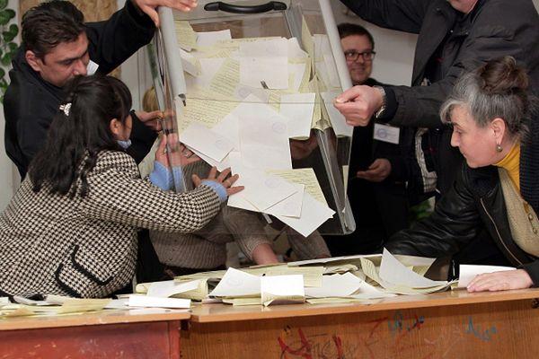 Opróżnianie urn wyborczych w Symferopolu
