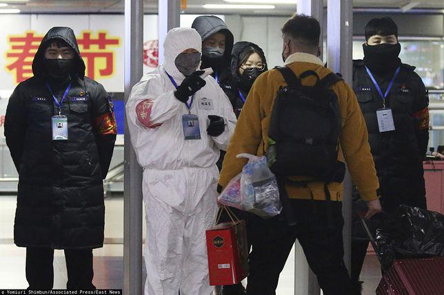 Chiny. Kontrola służb epidemiologicznych na lotnisku w Pekinie, 25 stycznia br.