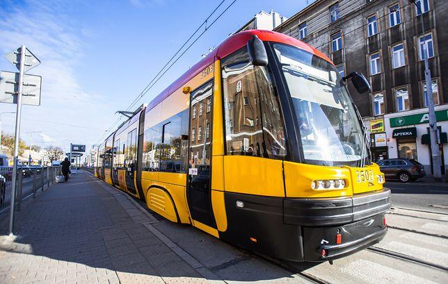 Warszawa. Utrudnienia w kursowaniu tramwajów i autobusów. Powodem wypadek i podejrzany ładunek.