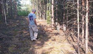Ktoś przywiązał psa do drzewa w środku lasu pod Jarocinem