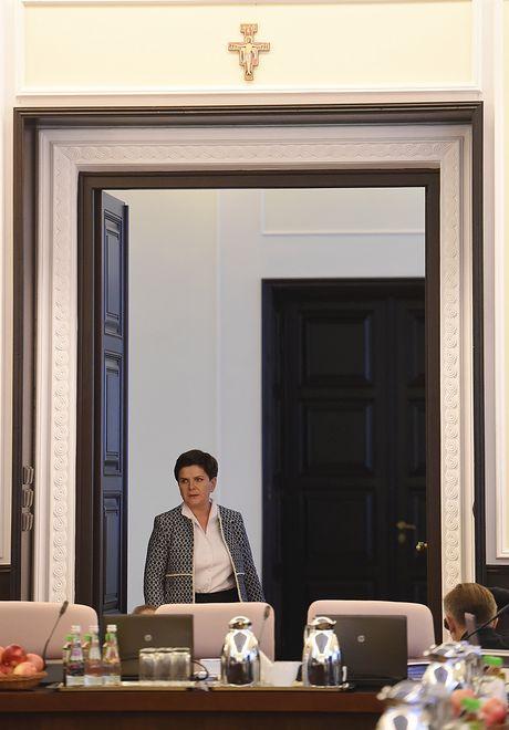 Po wygranej PiS, nad drzwiami do sali posiedzeń w Kancelarii Prezesa Rady Ministrów, zawieszono krzyż franciszkański. Naprzeciw niego zasiadała Beata Szydło