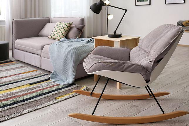 Zamiast zwykłego fotela warto postawić na mebel bujany