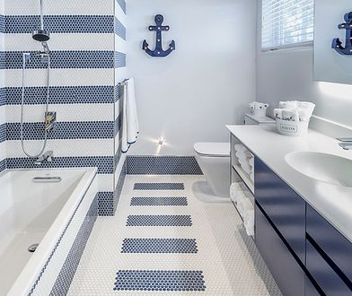 Mała łazienka nie wymaga rezygnacji z dużych płytek ceramicznych.