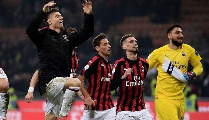 bad0d93ca East News / MARCO BERTORELLO / AFP / Na zdjęciu: Krzysztof Piątek z  piłkarzami AC Milan