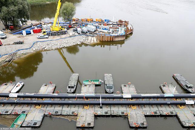 """Warszawa. Most pontonowy i tymczasowy rurociąg prowadzący ścieki do oczyszczalnie """"Czajka"""""""