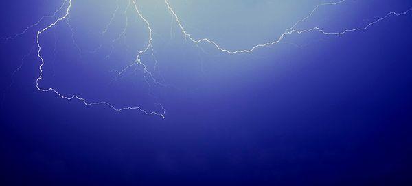 IMGW ostrzega: nad zachodnią i południową Polskę nadciągają burze