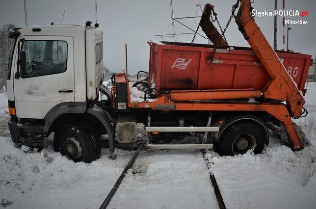 Orzesze. Kierowca przy pomocy nawigacji jazdę skończył na... torach kolejowych.
