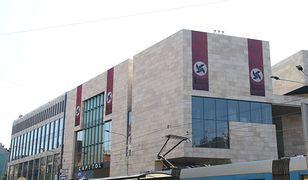 Wrocław: banery w kształcie swastyki. Szokująca promocja spektaklu
