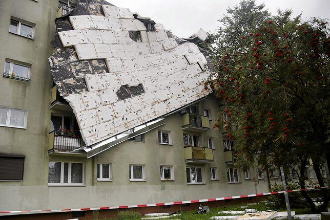 Zerwany dach bloku przy ul. Okrzei w Bydgoszczy po przejściu burzy.