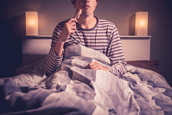 Dlaczego warto unikać wieczornych przekąsek?