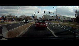 Na czerwonym, po pasach. Niebezpieczny przejazd rowerzystów