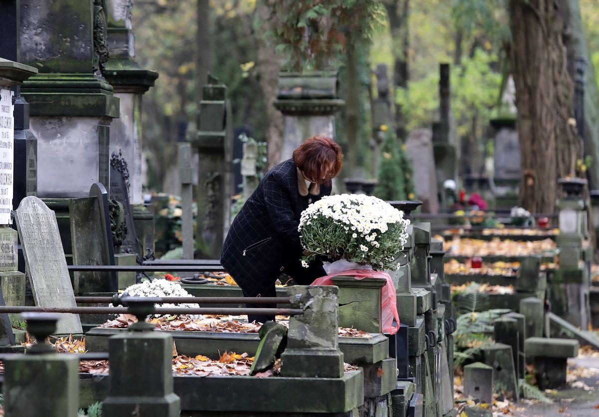 Przepisy rodem z PRL-u. Prochy powinny spocząć na cmentarzu, z wiatrem ich nie puścisz
