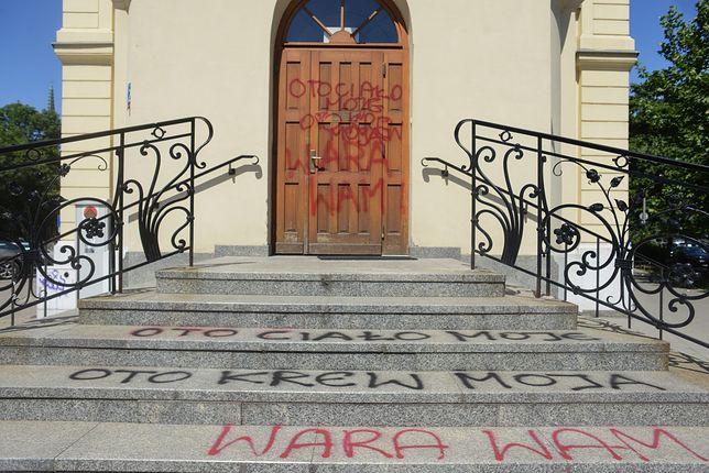 Napisy na budynku Kurii Warszawsko-Praskiej.