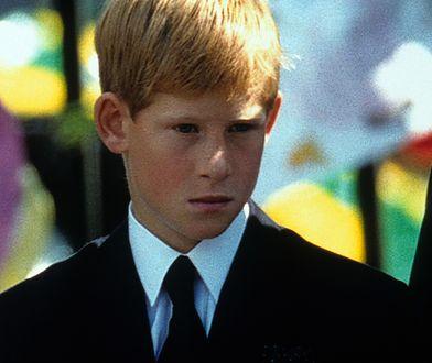 Książę Harry podczas pogrzebu księżnej Diany, ukochanej mamy