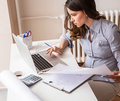 Klasyczne zestawy do pracy warto urozmaicić np. bluzką w ładny wzór