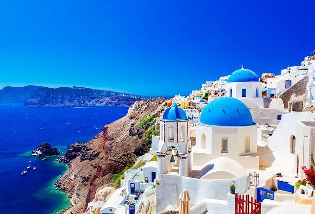 Na Santorini biel domów aż lśni na tle czystego nieba i niebieskiej powierzchni morza