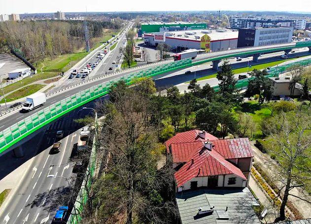 Warszawa. Budowa estakady na Rembertowie skomplikowała życie kierowców. Na rembertowskich forach narzekanie. Niektórzy użytkownicy dróg uważają, że wszystkiemu winne jest złe oznakowanie