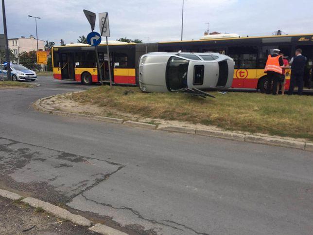 Wypadek na Targówku. Samochód zderzył się z autobusem